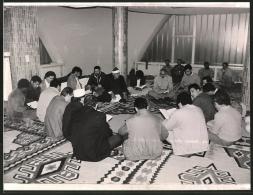 Fotografie Klaus Bischoff, München, Ansicht München, Muslime In Einer Moschee Lesen Im Koran - Lugares