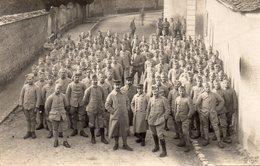611Bce  Carte Photo Soldats Du 126 Eme Regiment Dans Une Rue Lieu à Situer - Regiments