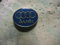 Pin's Embleme Des Automobiles AUDO, Fond Du Pin's En Bleu - Audi