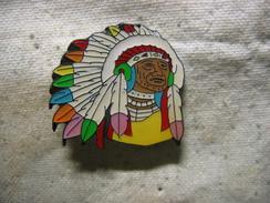 Pin's Visage D'un Indien Avec Une Coiffe De Plumes De Toutes Les Couleurs. Pin's En Série Limitée - Zonder Classificatie