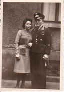 Foto Deutscher Soldat Mit Frau - Luftwaffe - 2. WK - 5*8cm (25986) - Guerre, Militaire