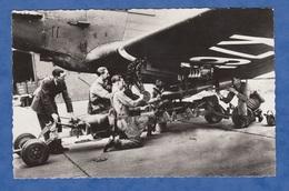 CPSM - Un Sous Officier De La Royal Air Force Controle Le Chargement Des Bombes - Avion Aviation Plane Patrol Flight - Flugwesen
