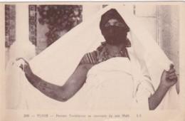 Tunisia Tunis Femme Tunisienne Se Couvrant De Son Haik - Tunisia