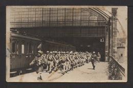 CPA Photo . KIPP. WEISBADEN . Troupe Française En Gare .Wagons. - Militaria