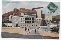 MONACO - N° 64 - LE PALAIS DU PRINCE AVEC PERSONNAGES - PETIT PLI ANGLE HAUT A DROITE - CPA VOYAGEE - Palais Princier