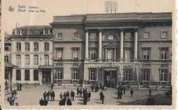 Aalst - Alost - Stadhuis - Hôtel De Ville - Circulé En 1950 - Animée - BE Petit Pli - Aalst