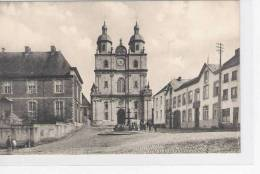 SAINT HUBERT  La  Place De L Abbaye  Fçade De Eglise Abbatiale Et Ecole De Bienfaisance - Saint-Hubert