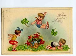 A 18845   - Bonne Année - Enfants Jouant à Saute-mouton - Panier Avec Bouteilles De Champagne, Trèfles à Quatre Feuilles - Nieuwjaar