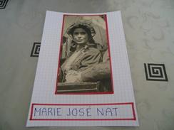 AUTOGRAPHE DÉDICACÉ ET AUTHENTIQUE DE MARIE-JOSÉE NAT SUR COUPURE DE PRESSE COLLÉE SUR CARTON BRISTOL (15 X 21 Cm) - Autographs