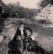 Petite Photo Originale Motocyclisme - Motard, Lunettes Sur Le Front En Bord De Route Attendant L'auto Dans Le Virage - Cyclisme