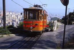Reproduction Photographie De Face D´un Tramway Ferrovia Genova Casella Descendant Les Rue Dans Gènes En Italie En 1984 - Riproduzioni