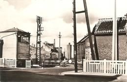 Hemiksem : Gesloten Overweg Aan Lange Brouwerijstraat Met Zicht Op Watertoren. - Hemiksem
