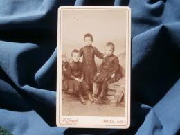 Photo CDV E. Guyot à Troyes - Trois Petits Garçons En Robe Vers 1885-90 L290 - Foto's