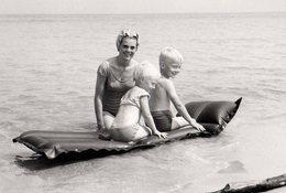 Photo Originale Plage & Maillot De Bain - Femme Pin-up Au Bonnet De Bain Assurant Ses Enfants Sur Matelas Gonflable - Pin-Ups