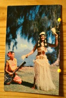 TAHITI PIN UP FEMME SEMI NUE TAHITIENNE DANSEUSE DE TAMURE EN COSTUME DE BORA BORA  SCAN R/V - Pin-Ups
