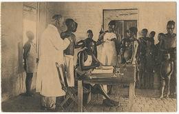Consultation Du Poste De La Croix Rouge Red Cross Auscultation Docteur Blanc  Enfants Noirs Thill Nels - Congo - Kinshasa (ex Zaire)