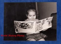 Photo Ancienne Snapshot - Petite Fille Lisant Son Premier Livre - Girl Enfant Book Lecture Read - Métiers