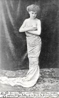 [DC3677] CPA - DONNA IN ABITO DA SERA SU TAPPETO - Viaggiata 1904 - Old Postcard - Femmes