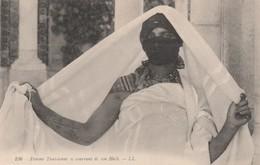 TUNISIE - FEMME TUNISIENNE SE COUVRANT DE SON HAIK - Tunisia