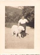 Photo D'une Femme Avec Son Chien Aout 1958 - Personnes Anonymes
