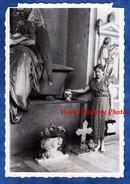 Photo Ancienne Snapshot - GENES - Campo Santo - Femme Avec Main Sur Un Crane - 1955 - Woman Croix Mort Death Squelette - Orte