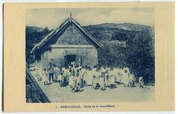 CARTOLINA MADAGASCAR OEUVRE DES PRETRES MALGACHE SORITE DE LA GRAND MESSE RELIGIONE - Madagascar