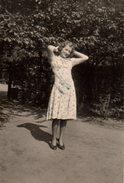 Photo Originale Femme Des Villes - Femme Pin-up, Robe Et Coiffure Soignée - Pin-up