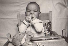 Photo Originale Biberons & Tétines - Bébé Sur Sa Chaise, Une Tétine Et Un Lapin En Peluche Doudou 1953 - Objects