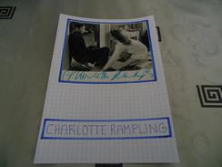 AUTOGRAPHE DÉDICACÉ ET AUTHENTIQUE DE CHARLOTTE RAMPLING SUR COUPURE DE PRESSE COLLÉE SUR CARTON BRISTOL (15 X 21 Cm) - Autographs