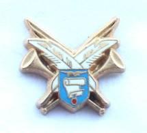 Pin's Pucelle Du SERVICE HISTORIQUE DE L'ARMEE DE L'AIR - Trompes - Plumes - Parchemin - Blason - Zamac - Voiset - F949 - Militaria