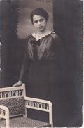 AK Junge Frau Im Atelier - Atelier Carl König, Ludwigshafen - 1917  (26142) - Illustrateurs & Photographes