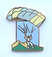 Pin's PARACHUTISTE Ou PARAPENTISTE - Démons & Merveilles - F992 - Parachutting