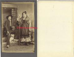 Belle Photo Cartonnée 6,9 X 10,7cm-couple De Paysans-sabots Fourche Et Leur Chien-folklore-Auvergne? - Antiche (ante 1900)
