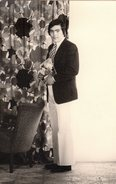 Photo Originale Homme - Portrait D'Homme - Le Joli Coeur Et Son Bouquet De Fleurs - Rideaux & Cravate Hauts En Couleur ! - Personnes Anonymes