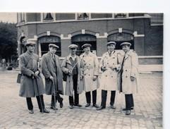 Photo BASTOGNE Groupe De Promeneurs Devant Un Café 1930 Luxembourg - Lieux
