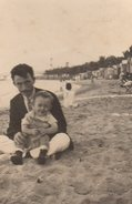 Photo Originale Plage & Maillot De Bain - Père Et Enfant Sur La Plage Vers 1930 - Cabines En Enfilade & Pont - Pin-up