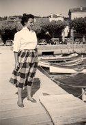 Photo Originale Femme - Du Vent Dans La Jupe, Citroën Traction & Cadillac En 1950, Derrière Les Barques Du Port - Pin-up