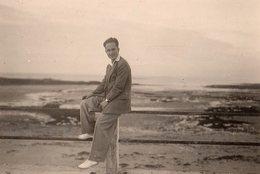 Photo Originale Homme Smart - Playboy En Costume Au Bord De La Mer - - Personnes Anonymes