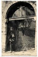 13.ROQUEFAVOUR. N 3588. L ENTREE DE L ERMITAGE UN MENDIANT - Roquefavour