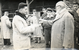 Photo 14 X 9 Cms. Abbé Pierre Remettant Une Coupe, Décembre 1953. - Persone Identificate