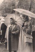 Photo Originale Parapluie - Sortie Sous Une Averse Avec Foulards Tissus & Plastique (Capuche) Sous Parapluies - Objetos