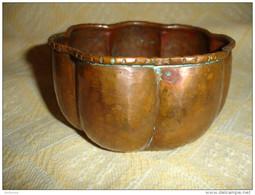 Ancien Petit Cache Pot Rond En Cuivre Rouge, Martelage Fait à La Main En Cuivre Epais (15-1286) - Cuivres