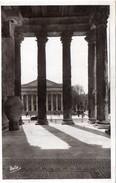 Nîmes - Le Théâtre, Vue Du Péristyle De La Maison Carrée, 1942 - Nîmes