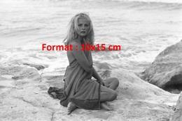 Reproduction D'une Photographie De La Belle Virna Lisi Nue Sous Une Serviette à Genoux Sur Un Rocher Au Bord De Mer - Reproductions