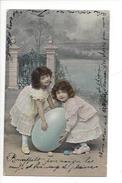 16122 -  Deux Fillettes Tenant Un Oeuf Bleu Carte Gel Brillant - Pâques