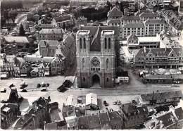 61 - FLERS : Eglise Et Place St Germain - CPSM Dentelée GF Noir Et Blanc - Orne - Flers