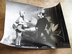 Photographie Grand Magic Circus De Jérôme Savary Dans Les Années 1970, Petit Chaperon Rouge Seins Nus - Personnes Anonymes