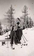 Photo Originale Sports D'Hiver & Montagne - Couple De Femmes Chaussées De Skis De Bois - Sport