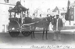 AVRANCHES RARE CARTE PHOTO VOITURE HIPPOMOBILE  DECOREE AVEC FANION FETE DES FLEURS 1911  CARTE ANIMEE PHOTO LEPROVOST - Avranches