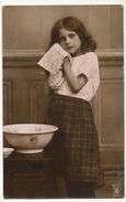 Jolie Petite Fille Toilette Porcelaine - Portretten